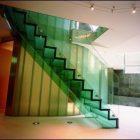 Klaasist-trepp-ja-klaaspiirded